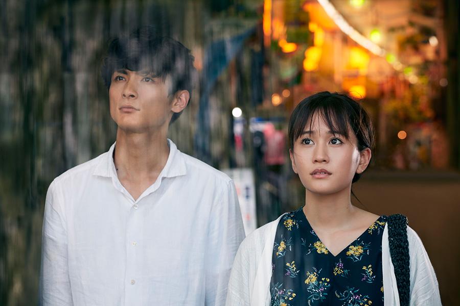 映画『葬式の名人』より、高良健吾(左)と前田敦子