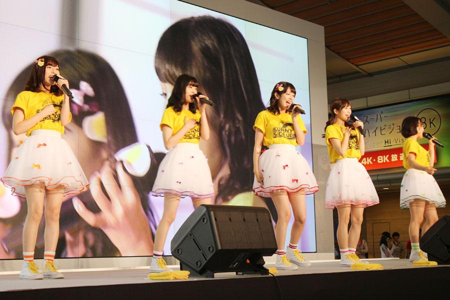 劇中で歌われる『おちゃのこサニサイ』を初披露したアイドルグループ「サニーサイドアップ」(8月3日・NHK大阪)