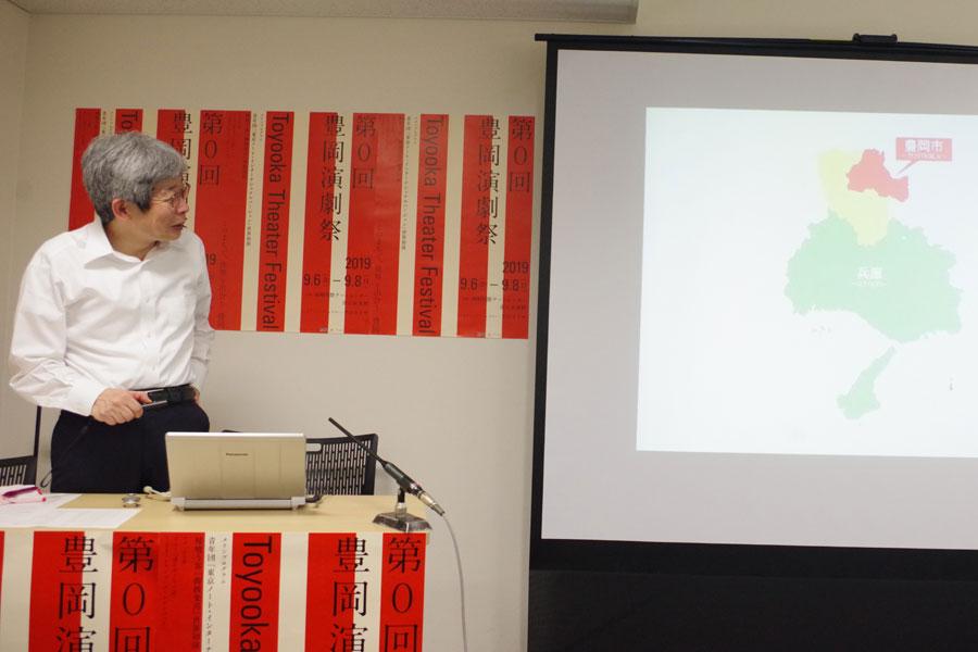 兵庫県の北部に位置する豊岡市について説明する平田オリザ