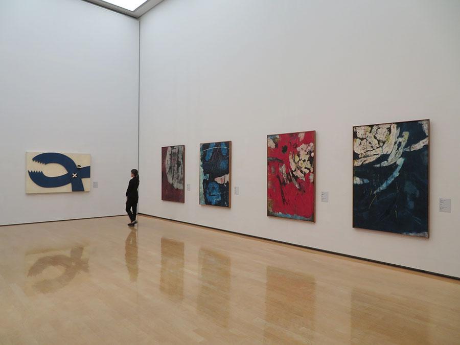 斎藤義重作品。左から順に《ペンチ》1967年、《絵画5》1960年、《絵画2》1960年、《作品R》1960年、《絵画Q》1960年