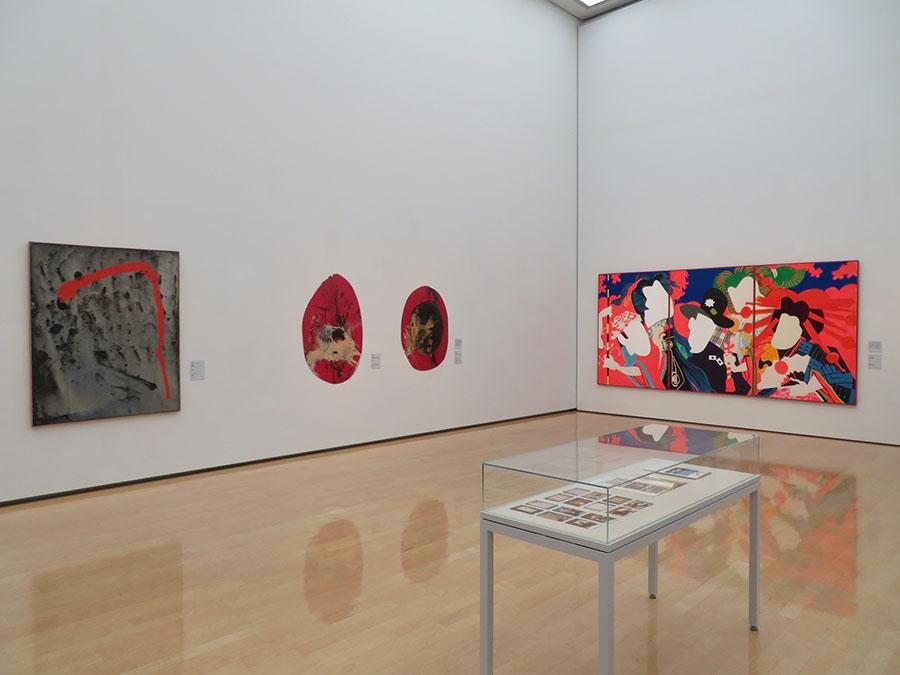 左から順に、吉原治良《作品》1961年、菊畑茂久馬《奴隷系図-円鏡による No.9》 1962年、《天動説 二》1983年、篠原有司男《女の祭》1966年