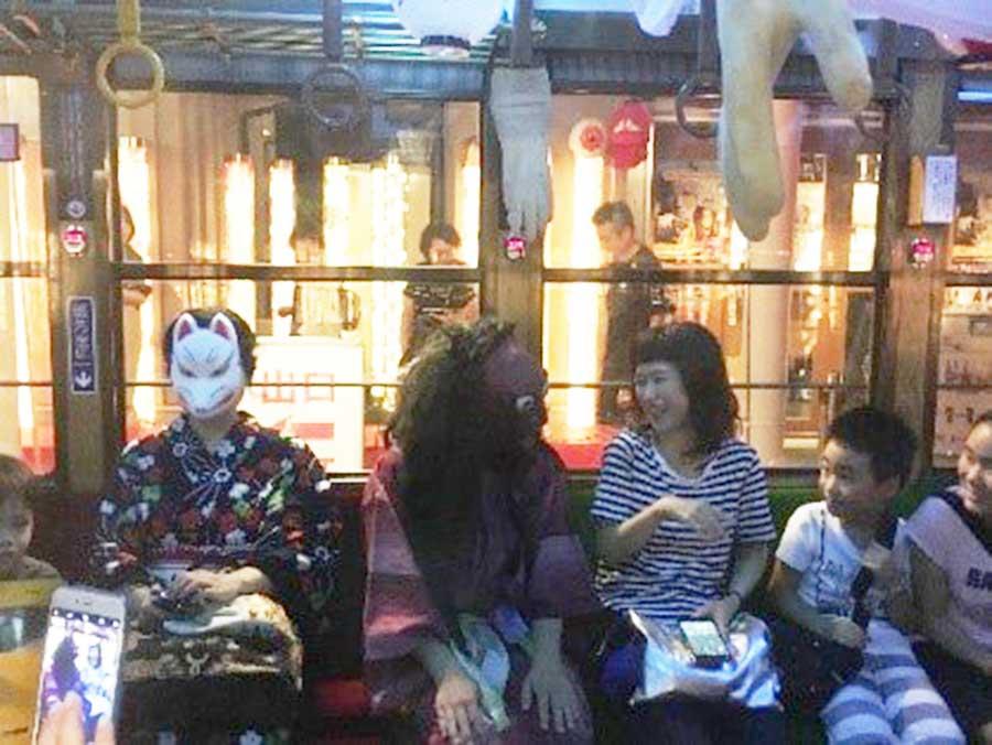 妖怪姿の乗客と並んで、会話が盛り上がるのも一興(過去のイベント時)