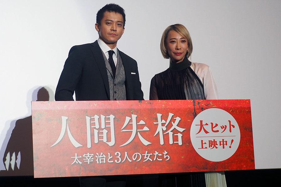 舞台挨拶に登場した主演・小栗旬(左)と蜷川実花監督(大阪市内・15日)