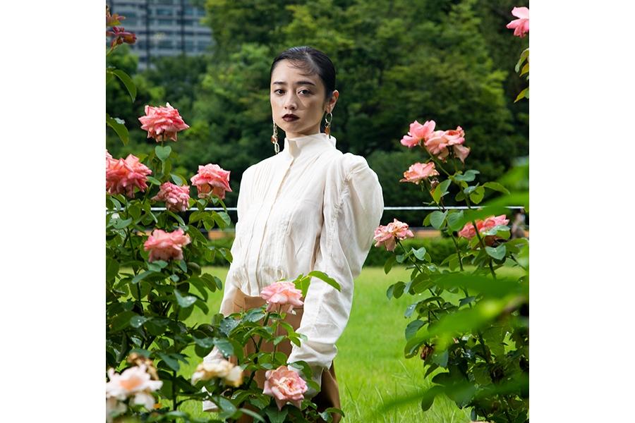 「H&M STUDIO」秋冬コレクションの日本版モデルをつとめる安達祐実