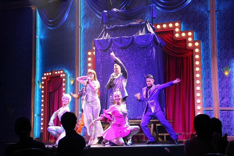 歌やダンスのパフォーマンスが、会場中央のステージ上で繰り広げられる