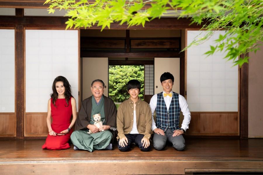 馴染んだ様子の豆助と出演者ら。左から萬田久子、前田吟、鈴木福、東貴博 (c)テレビ大阪