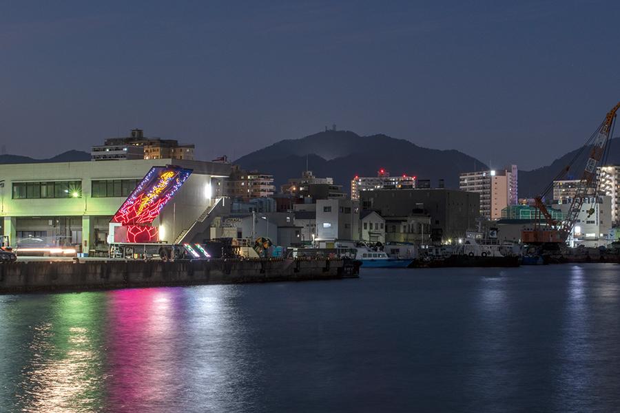 兵庫港・中央卸売市場でのやなぎみわ舞台車「花鳥虹」。撮影:顧剣亨 『日輪の翼』はこの移動舞台車で上演される。観客は台船に乗り、海の上から観劇する。