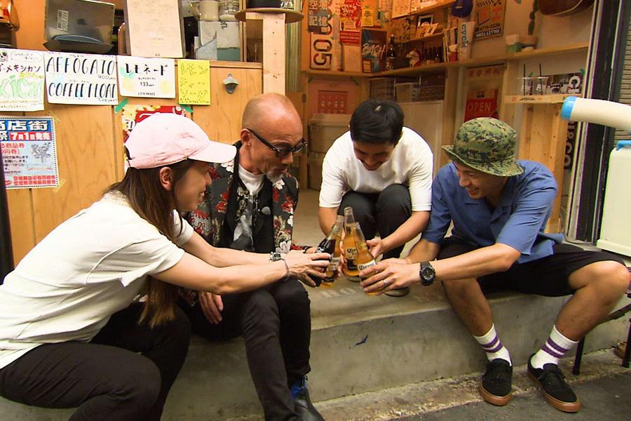 「空堀商店街」で若者と相席する竹中直人