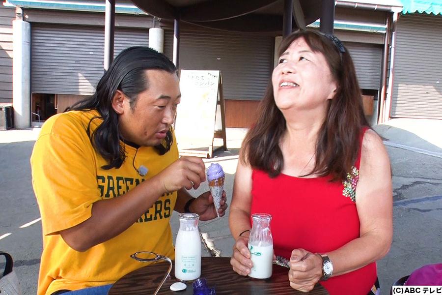 熟女とラベンダーソフトを食べるロバート秋山