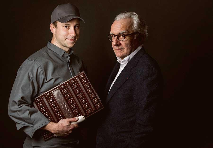 アラン・デュカス(右)と、日本でシェフを務めるジュリアン・キンツラー (c)Pierre Monetta