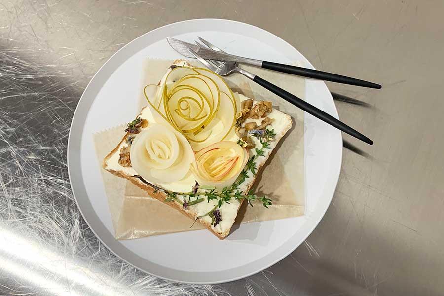 クリームチーズのソースの上にバラに見立てた梨をデコレーションしたペアトースト1400円(期間限定・10月1日以降は料金変動の可能性あり)