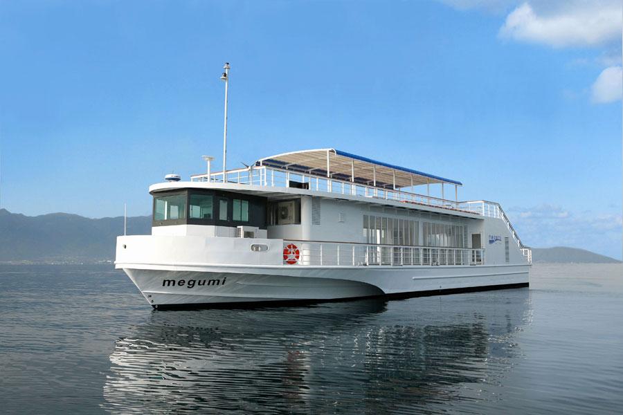 会場は、琵琶湖を運航する高速船「メグミ」