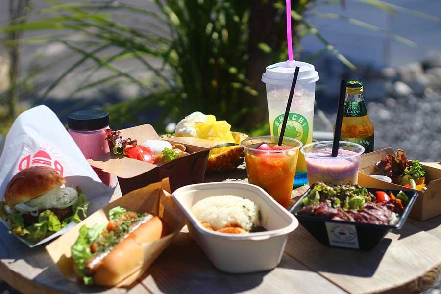 ホットドッグ、ハンバーガー、カレー、サラダ、フルーツジュース、ステーキ丼など、さまざまなメニューが楽しめる