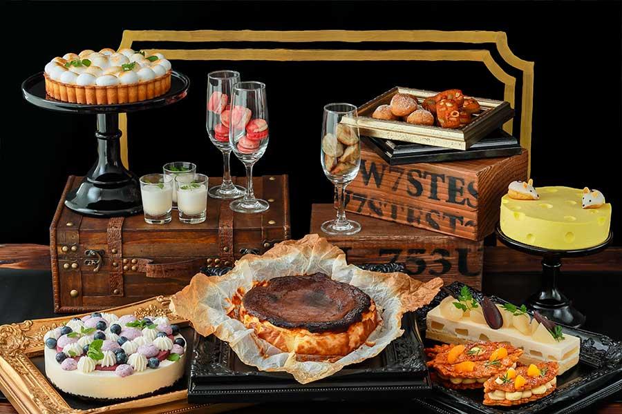 穴あきチーズ型のチーズムース、黒焦げの表面が特徴のバスクチーズケーキ、ブルーチーズを使ったナッツとペッパーのフィナンシェなど
