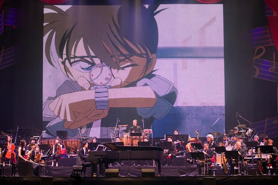 巨大スクリーンで上映する映像に加え、オーケストラ・バンドの演奏によって『名探偵コナン』の軌跡をたどる