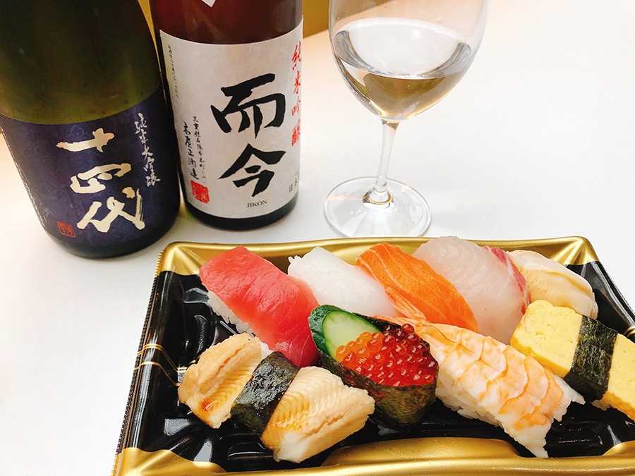 「魚くみ」でテイクアウトしたにぎり盛り合わせ699円(税別)。「セカサケ」の日本酒はグラス600円〜