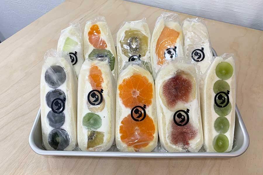 9月から販売が始まったフルーツサンド。大ぶりのフルーツをサンドし、断面も迫力満点。現在は水曜のみ数量限定販売。イチジクやマンゴーなど、10〜15種類。みかん480円~