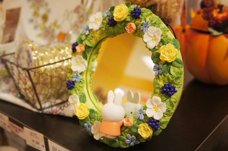 フラワーミッフィーリースミラー(3500円)鏡の中でミッフィーと目が合う可愛らしい鏡