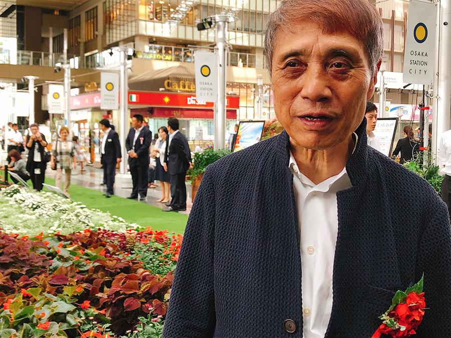 咲き乱れる花を前にして、大阪の街への思いを語る安藤忠雄さん(27日・大阪市内)