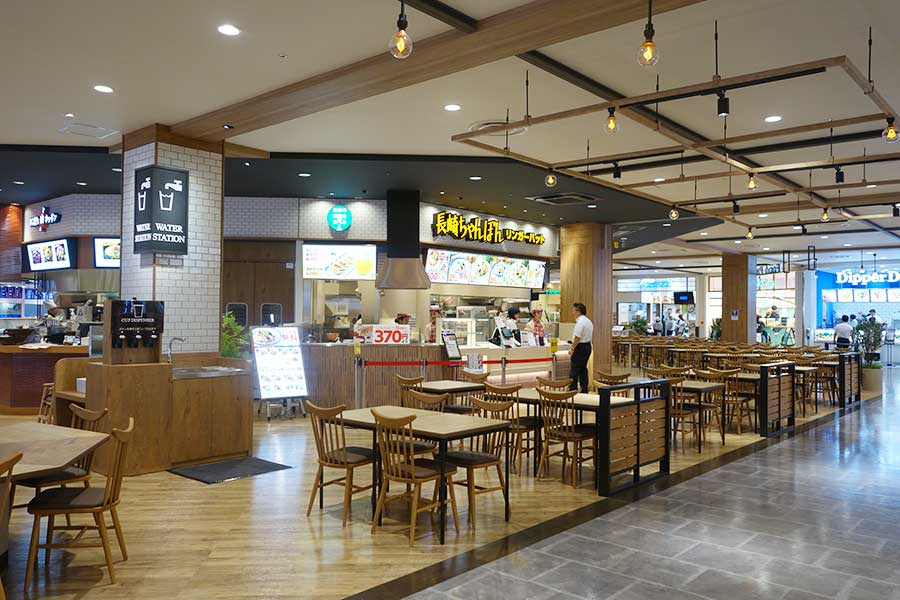生鮮食品売場も近くにあり、肉屋のコロッケや魚屋の寿司なども楽しめる「フードパーク」