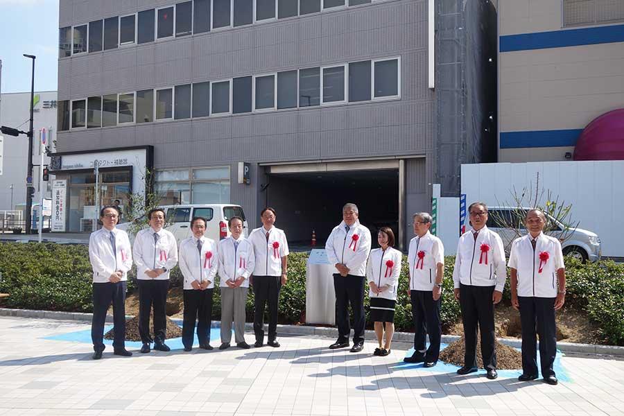 記念植樹した梅の木の前で。右から5番目が藤井寺市の市長・岡田一樹さん