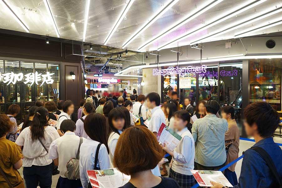 オープン前から行列。一番並んだのは天王寺・阿倍野エリア2店舗目となる台湾ティーカフェ「ゴンチャ」