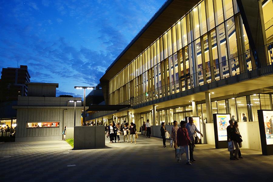 10月1日にグランドオープンする「フェニーチェ堺」。「すごいホールができた」「きれい」という声が観客から続出した