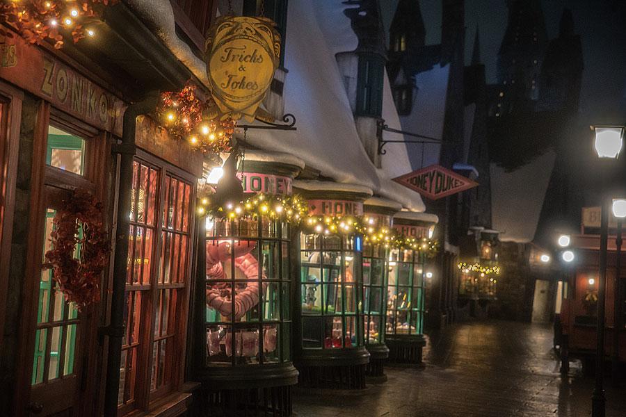 クリスマス一色に染まったホグズミード村(過去開催時の様子)