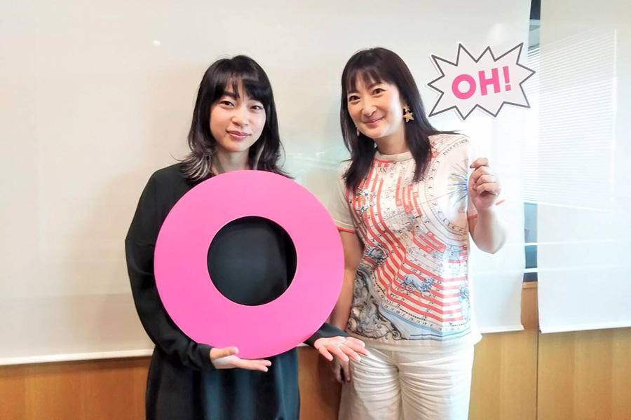 FM OH!『Marche Coucou』にゲスト出演したヒグチアイ。右はDJの珠久美穂子(19日・大阪市内)