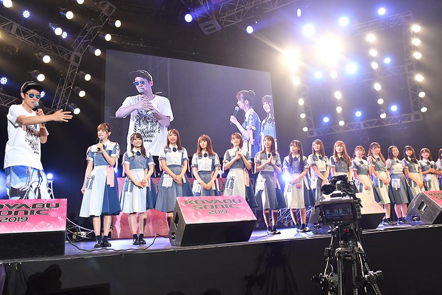 日向坂46のメンバー1人ひとりの特技などを把握し、紹介していく小籔(左)(15日・インテックス大阪)