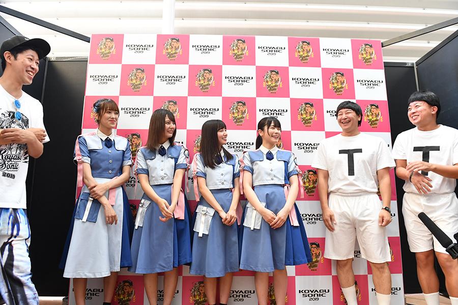 囲み取材に出席した小籔千豊、日向坂46、チョコレートプラネット(15日・インテックス大阪)