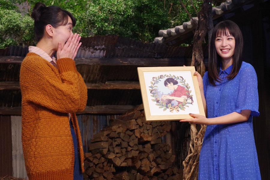 自身が演じる喜美子が描かれたイラストを見て喜ぶ戸田恵梨香(左)(9月17日・NHK大阪)