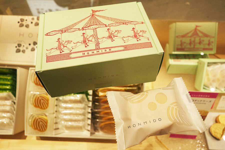 「HONMIDO(本実堂)」の「きな粉ダックワーズ」。写真は版画家・西脇光重氏のボックス。売り切れ注意