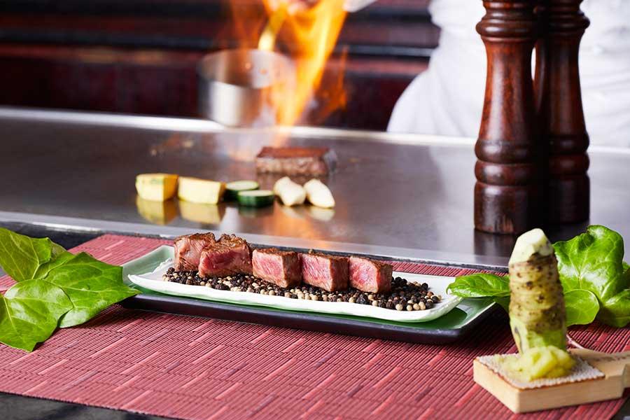 鉄板焼「彩」では料理人が焼いてくれたステーキ、海老のグリル 泉州玉葱のジャム添え、天ぷら、蕎麦なども