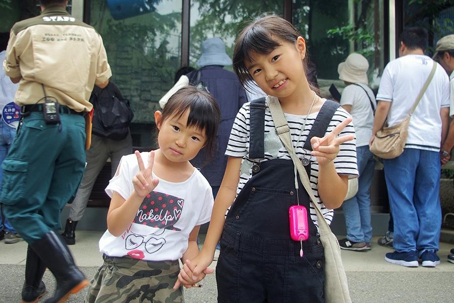 ジャガーをじっと観察していたみずきちゃん(右)とさえちゃん姉妹(28日・天王寺動物園)