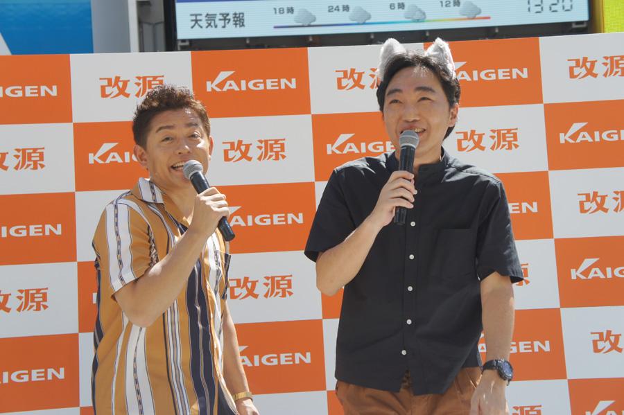 「なごむくん」にあやかって、猫耳を着用したスピードワゴン・小沢(右)と井戸田(10日・大阪市内)