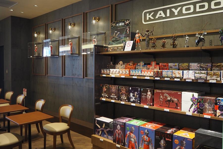 エヴァンゲリオンや阿修羅、海外観光客に大人気のご当地名物フィギュアなど、日本文化に特化した商品を販売