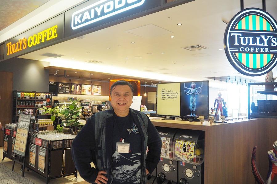「タリーズコーヒー KAIYODO」内覧会に訪れた「海洋堂」代表取締役社長(センム)の宮脇修一さん(18日・大丸心斎橋店)