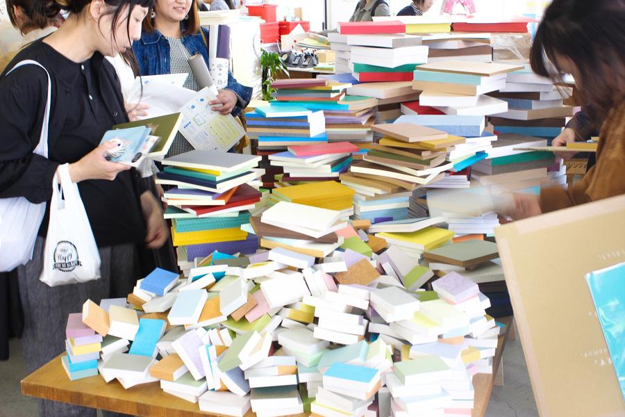 紙屋さんが紙端を使って作った大人気の「ごんぶとノート」(大500円、中300円、小100円)