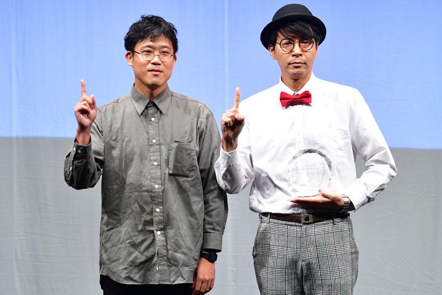 『ベストアクター賞』を受賞した「オパンポン創造社」の川添公二(右)とプレゼンターの盆小原氏