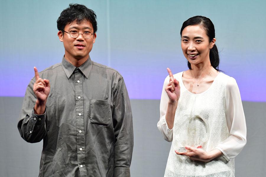 『ベストアクトレス賞』を受賞した「オパンポン創造社」の一瀬尚代(右)とプレゼンターの盆小原氏