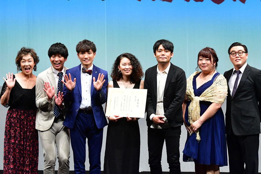 『ベスト観客賞』を受賞した「コケコッコー」とプレゼンターのキムラ緑子