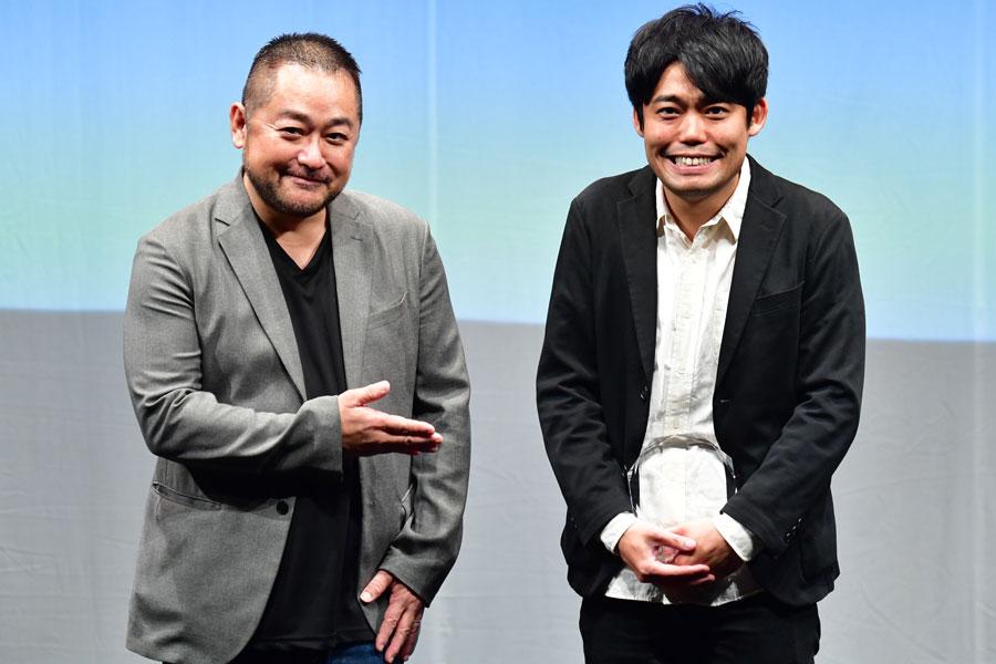 『ベスト脚本賞』を受賞した「コケコッコー」の野村尚平(右)とプレゼンターの西田シャトナー