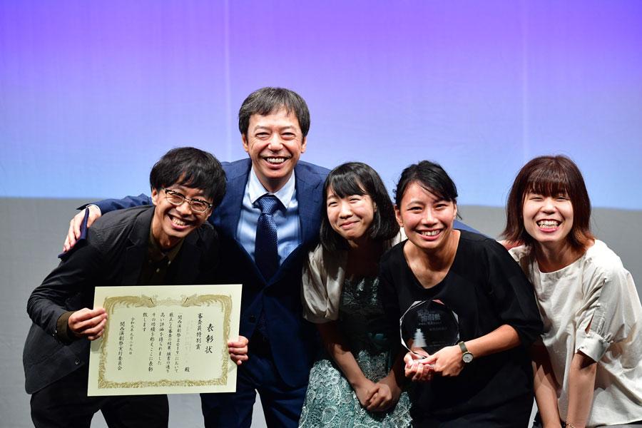 『ベスト審査員特別賞』を受賞した「夕暮れ社弱男ユニット」とプレゼンターの板尾創路