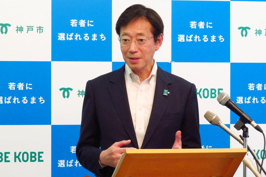 「神戸を文字通り明るいまちに」と街灯の増設を語る神戸・久元喜造市長(9月4日・神戸市役所)