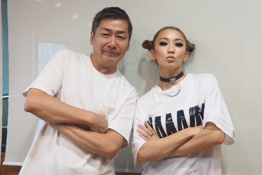 FM OH!『Double−E』にゲスト出演した倖田來未、左はDJのKOJI