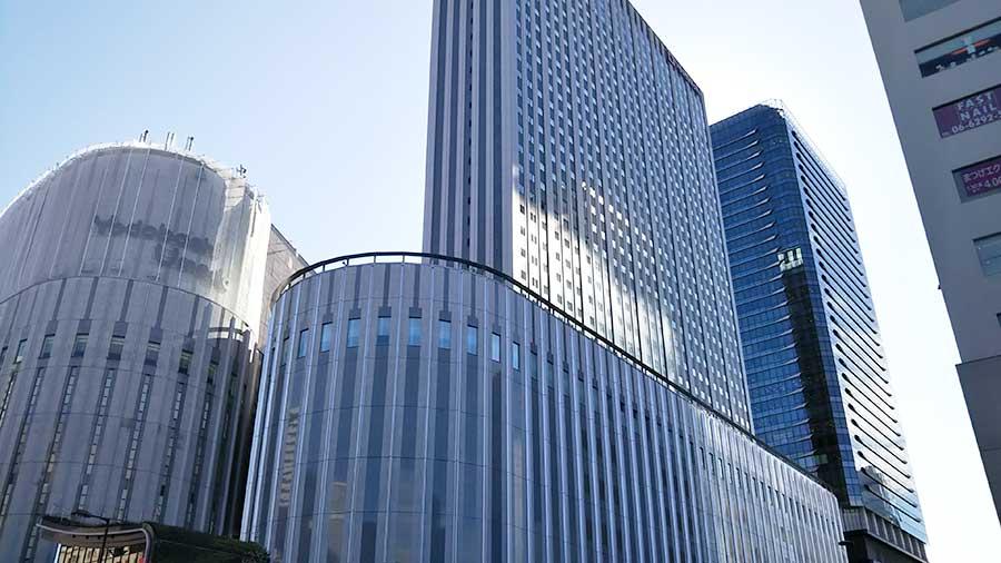 「ヨドバシ梅田タワー」は完成間近。左側が現在営業中の「ヨドバシカメラマルチメディア梅田」
