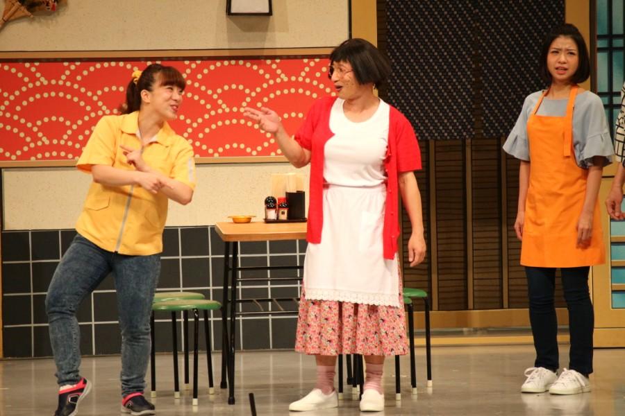 約9カ月ぶりに舞台に復帰した森田まりこ(左)