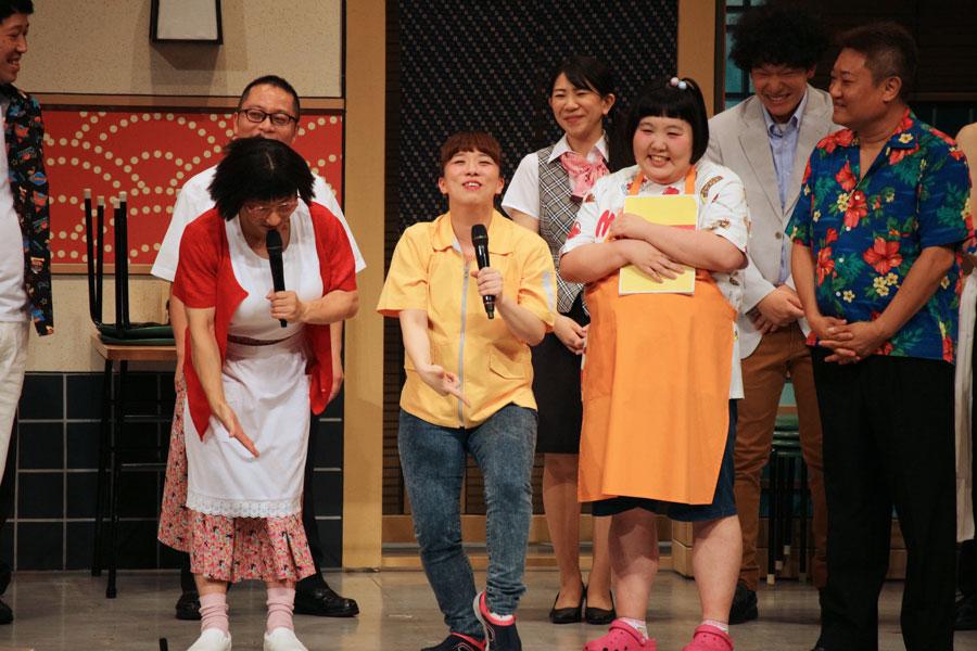 復帰公演後に、負傷した左膝をアピールする森田まりこや吉本新喜劇の劇団員ら