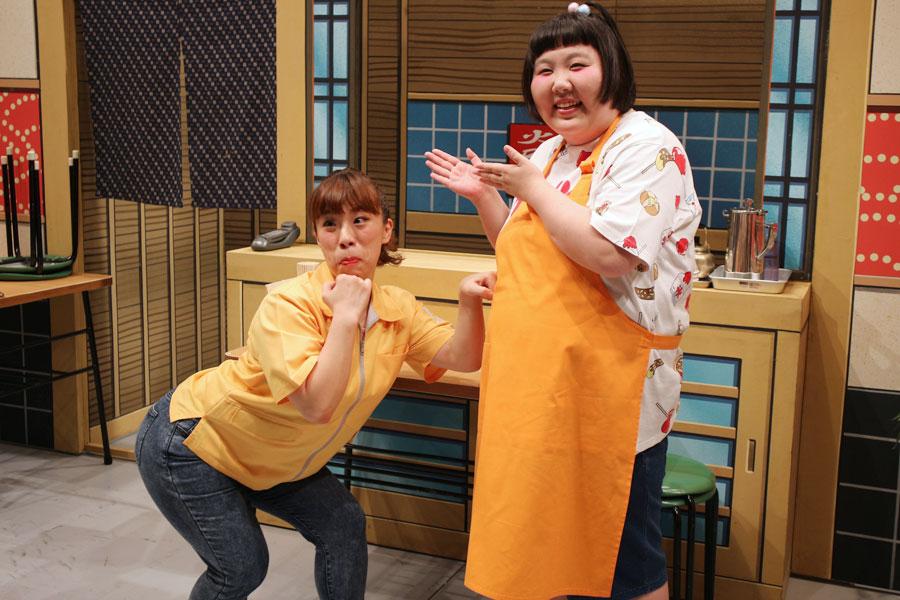 ゴリラギャグを披露する森田まりこ(左)と座長・酒井藍
